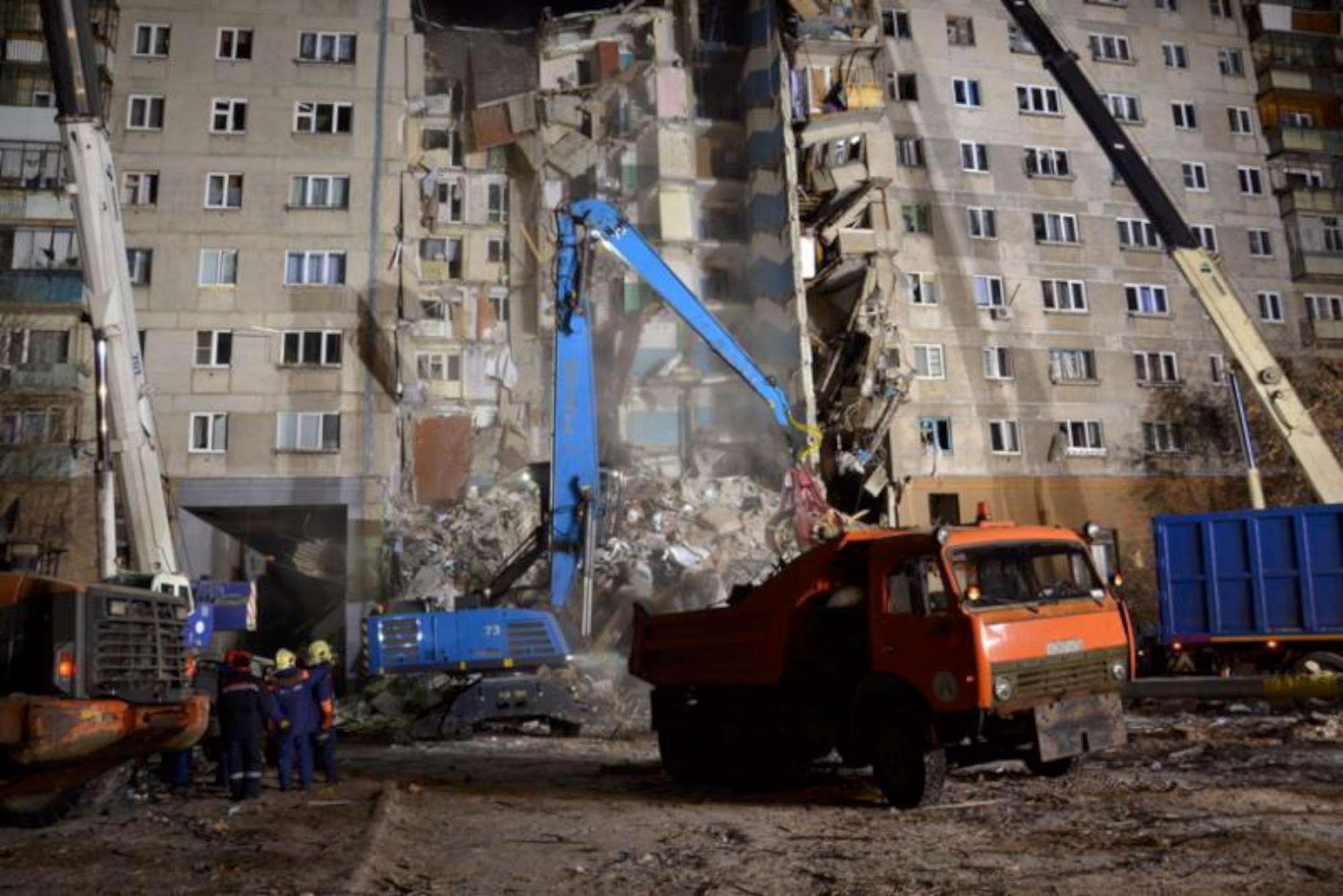 Crolla un palazzo in Russia, 9 morti: un bimbo estratto vivo dalle macerie