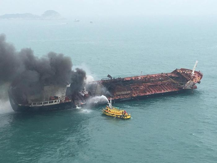 Petroliera in fiamme davanti ad Hong Kong, un morto