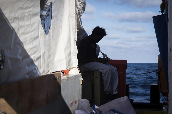 Migranti, Di Maio: accoglieremo donne e bambini delle due navi ong