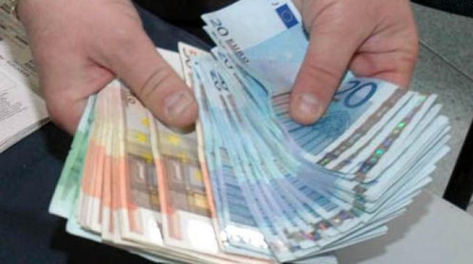 Trova un portafogli con dentro 35mila euro e lo restituisce al proprietario