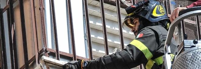 Padre lancia dal balcone i 4 figli dai tre agli otto anni: feriti gravi, uno è in coma