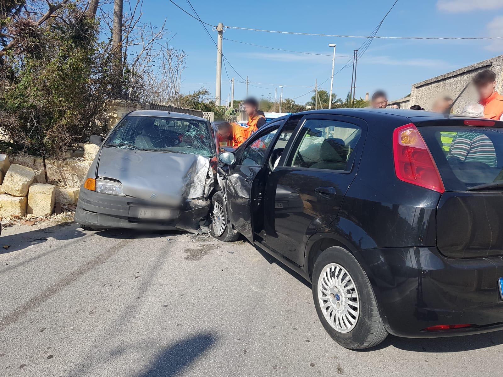 Brutto incidente tra due auto. Un uomo resta intrappolato