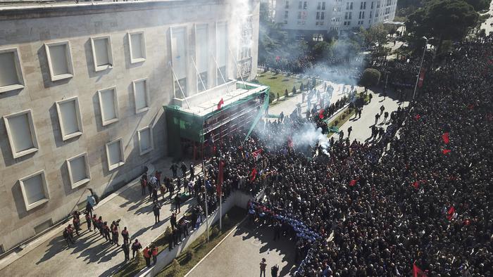 Albania: opposizione assalta la sede del governo