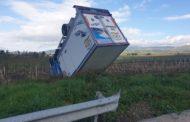 Camion esce di strada e si ribalta sulla A29