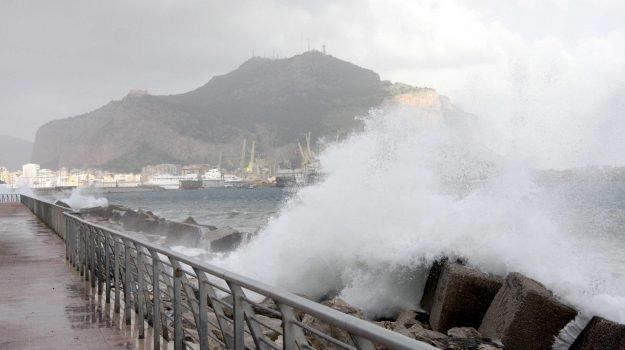 Allerta meteo in Sicilia per Pasquetta, ancora vento e mareggiate