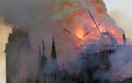 Parigi, grosso incendio devasta Notre-Dame: crollati il tetto e la guglia. La Procura apre un'inchiesta
