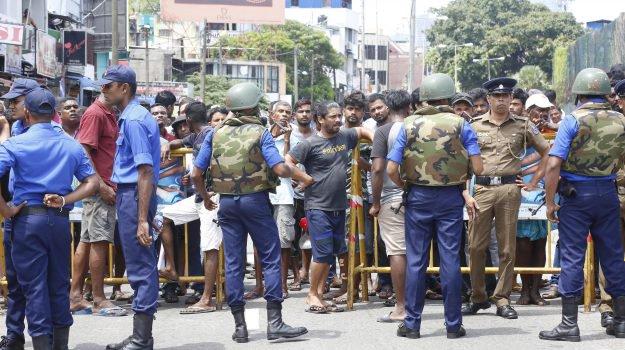 Pasqua di sangue in Sri Lanka, esplosioni in chiese e hotel: almeno 140 morti, scene di disperazione