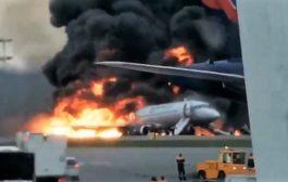 Atterraggio di emergenza di un aereo in fiamme, ci sono morti e feriti. Ecco il video