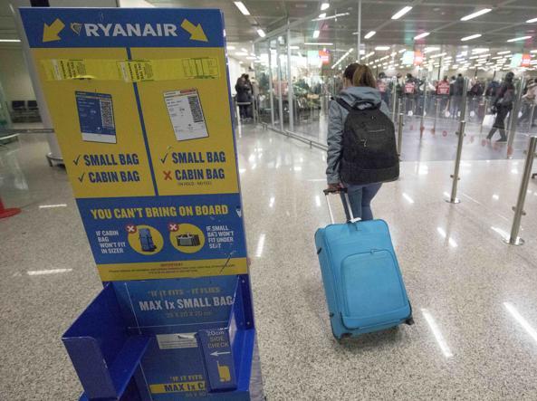 Non c'è pace per i passeggeri che viaggiano con RyanAir. Cambiano ancora le regole e i prezzi per il bagaglio a mano