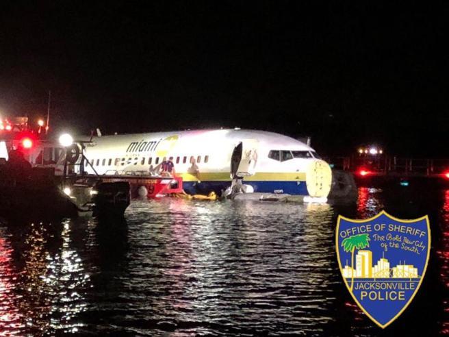Sfiorato il disastro aereo: Boeing 737 finisce in un fiume, salvi i 142 passeggeri