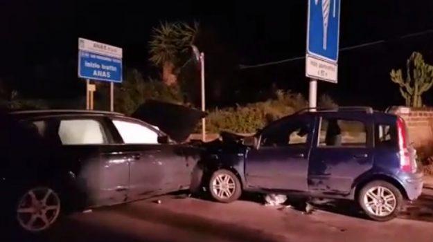 Incidente a Mazara, giovane rimane incastrato nell'auto: due feriti