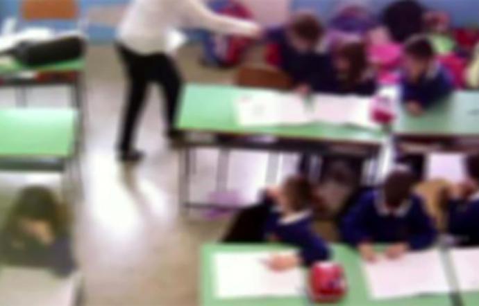 Spinte e schiaffi ai bambini: sospesa una maestra d'asilo