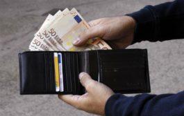 Trova portafoglio con 800 euro e lo porta alla polizia