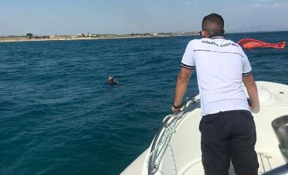 Mazara. La guardia costiera salva uomo in mare