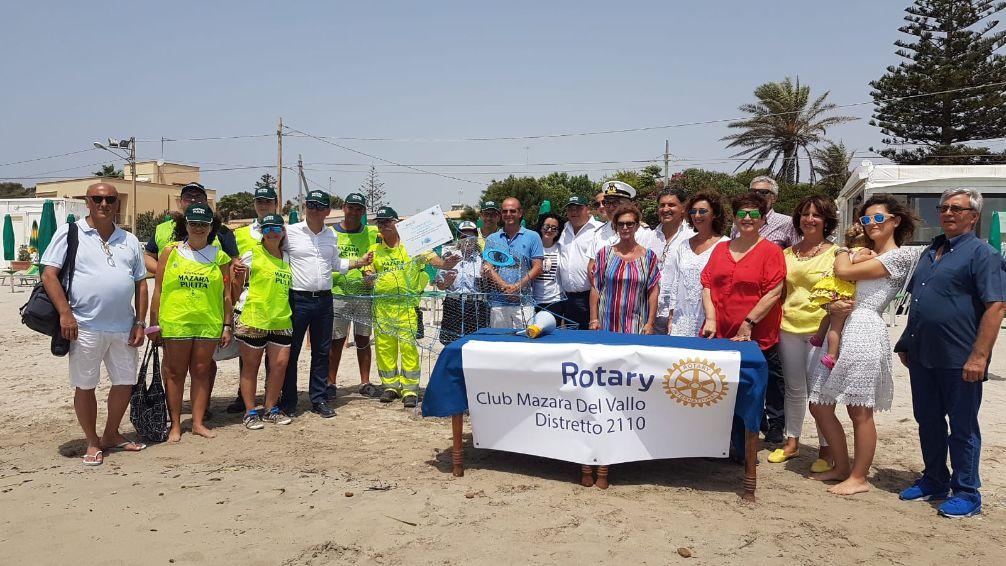 """Il primo """"Pesce mangia plastica"""" in Provincia di Trapani installato dal Rotary Club Mazara nella spiaggia di Tonnarella"""