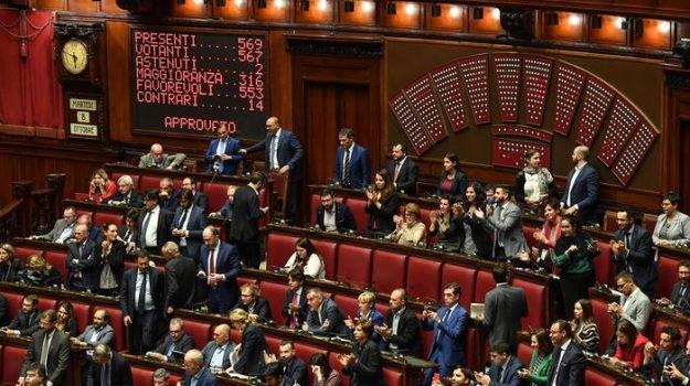 Il taglio dei parlamentari è legge, via libera della Camera: 553 sì, 14 i contrari