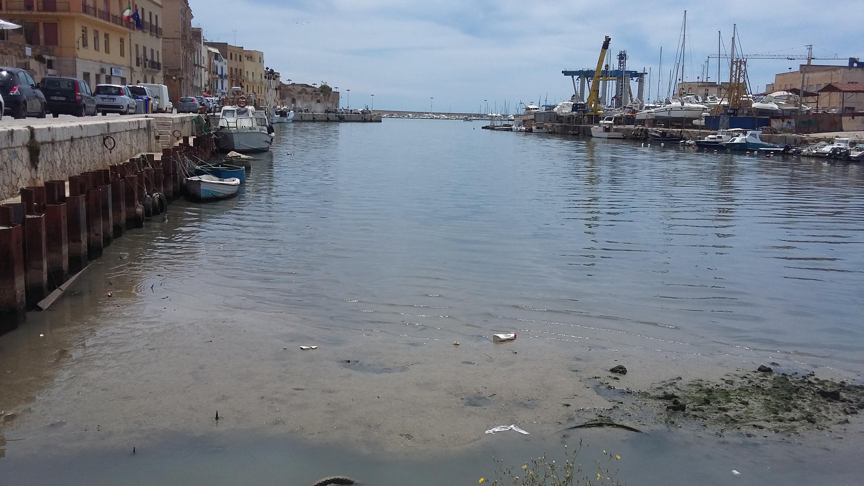 """Mazara. Capitaneria di Porto: """"interventi di somma urgenza per la rimozione di n.4 relitti all'interno del porto canale"""""""