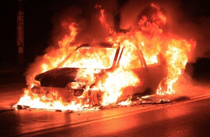 Mazara. Fa in tempo ad accostare l'auto e a mettersi in salvo. Auto a fuoco