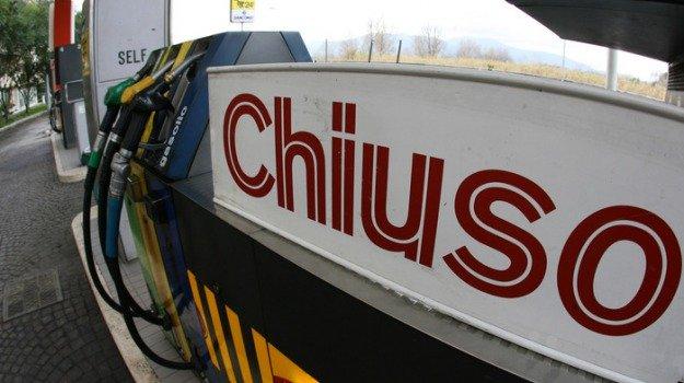 Oggi lo sciopero dei benzinai: impianti chiusi fino alle 6 di venerdì, i motivi della protesta