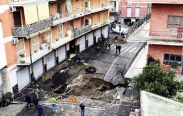 Voragine per il maltempo a Napoli, sgomberate 25 famiglie