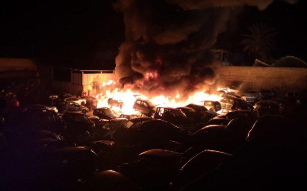 Mazara, incendio in un centro di rottamazione auto sulla statale 115
