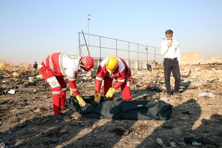 Iran: precipita aereo dopo il decollo, 176 morti. Teheran nega scatole nere
