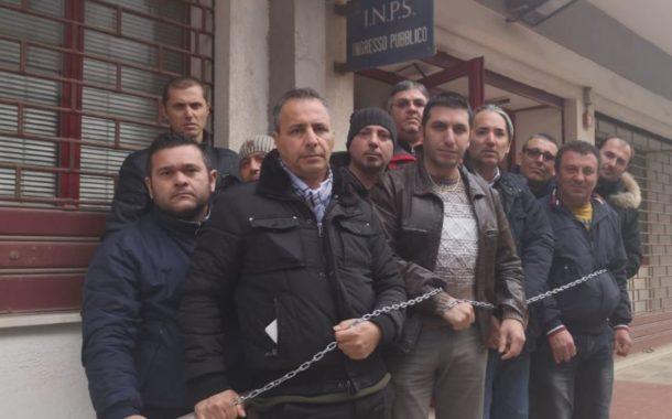 Mazara. Marittimi protestano incatenandosi davanti la sede INPS