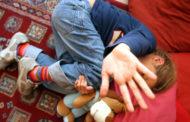 Picchiava e trascinava sul pavimento alunno disabile di 8 anni, sospesa una maestra