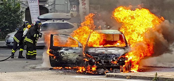 Bruciato in auto in Calabria, arrestata la moglie, l'amante e il figlio di lei