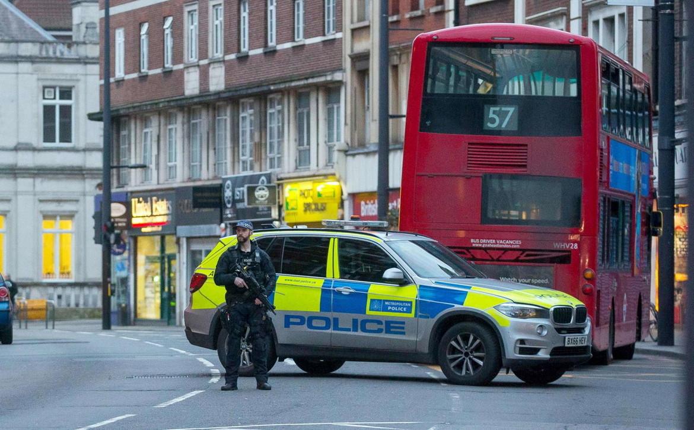 Londra, 20enne si lancia sui passanti con un machete: 3 feriti. Assalitore era già stato condannato per terrorismo