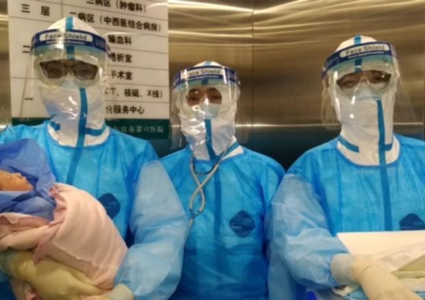 Cina, donna positiva al coronavirus dà alla luce bimba sana