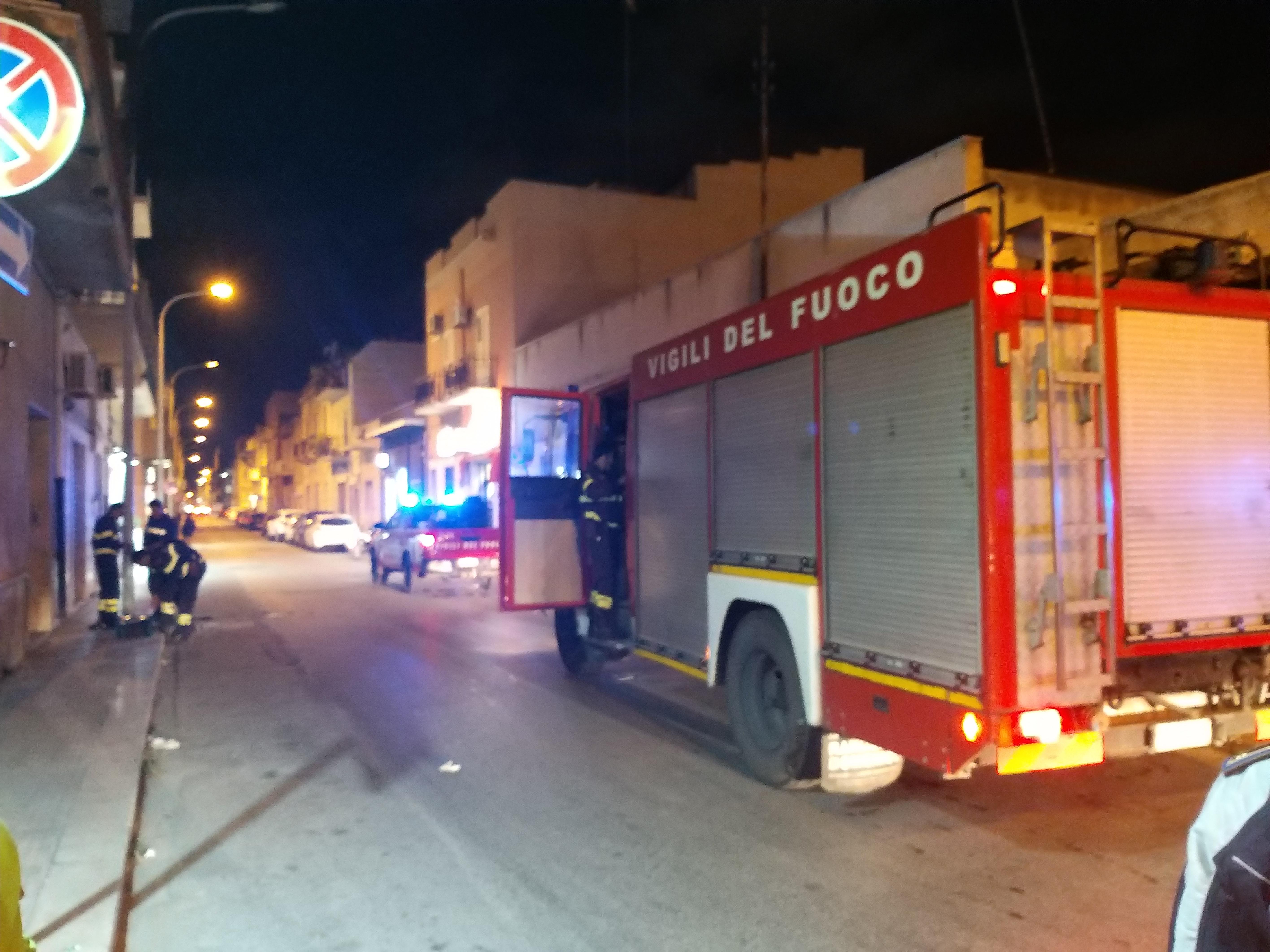 Mazara. Palo dell'illuminazione pubblica in fiamme in via Volturno