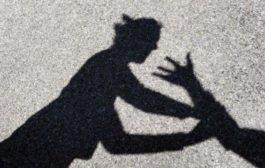Scaraventa da auto moglie e figlia di 8 anni: caccia all'uomo. La donna non aveva mai denunciato per paura di ritorsioni