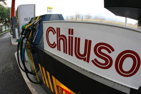 Coronavirus, Da domani inizia lo stop dei distributori carburanti
