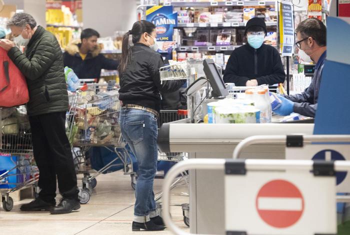 Coronavirus. Il nuovo decreto prevede la possibilità di uscire di casa per recarsi a fare la spesa. Non è prevista la chiusura dei negozi di generi alimentari