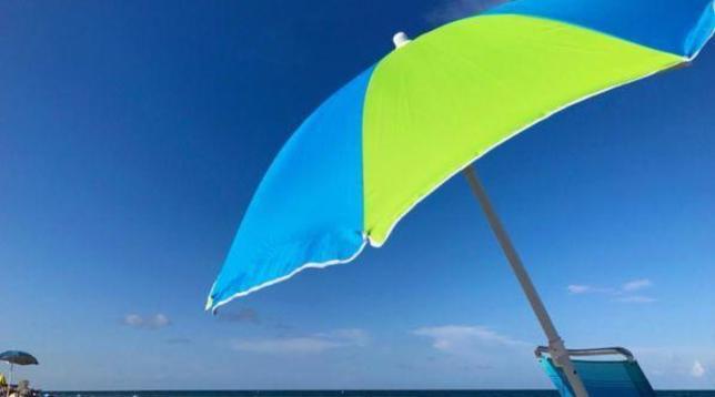 POSSIBILI SCENARI. Al mare ai tempi del coronavirus: ombrelloni a tre metri di distanza e pareti in plexiglass