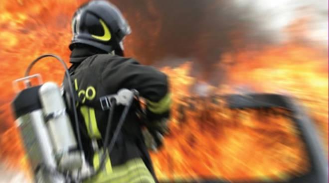 Mazara. Cimitero comunale: dopo il furto dei giorni scorsi oggi un'auto in fiamme
