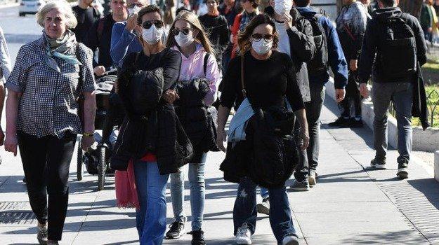 La Regione: obbligatorio avere la mascherina con sé, ma all'aperto va indossata solo in luoghi affollati