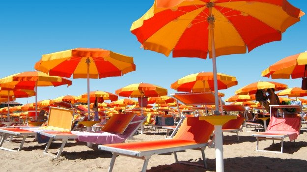 In spiaggia ombrelloni a 5 metri di distanza: le regole per i lidi balneari