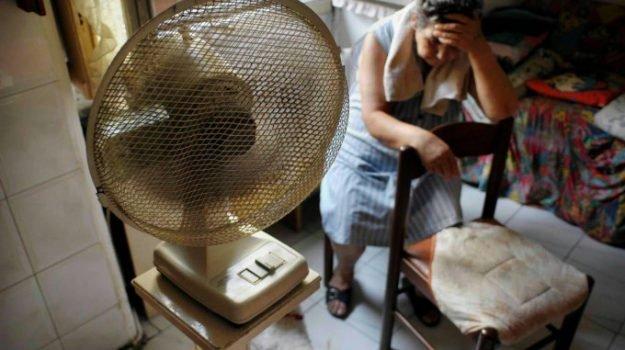 Coronavirus, l'esperto: da evitare i ventilatori più che i condizionatori, sì ai vestiti provati nei negozi