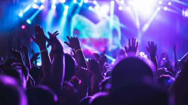 Coronavirus, nuove regole: in discoteca si balla solo all'aperto e con 2 metri di distanza, sì al buffet ma col personale
