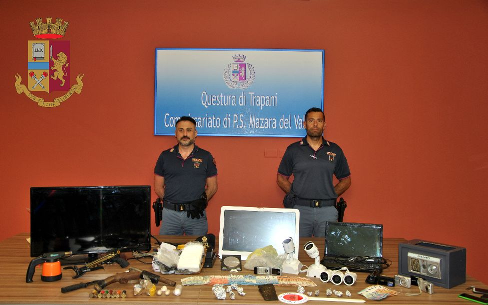 Mazara. la Polizia arresta una coppia di giovani per detenzione illegale a fini di spaccio e detenzione di arma clandestina