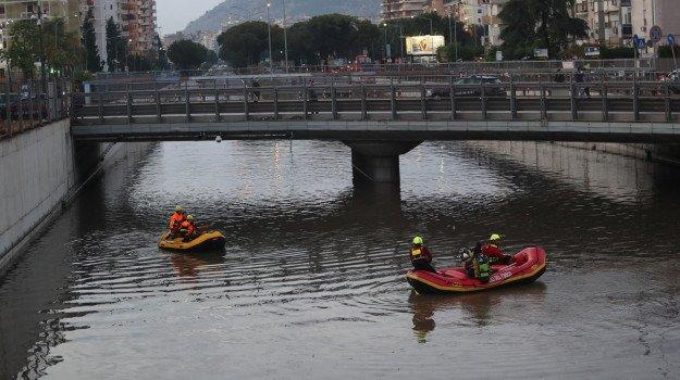 Palermo, il giallo dei dispersi in viale Regione dopo il temporale: notte di ricerche ma i corpi non si trovano