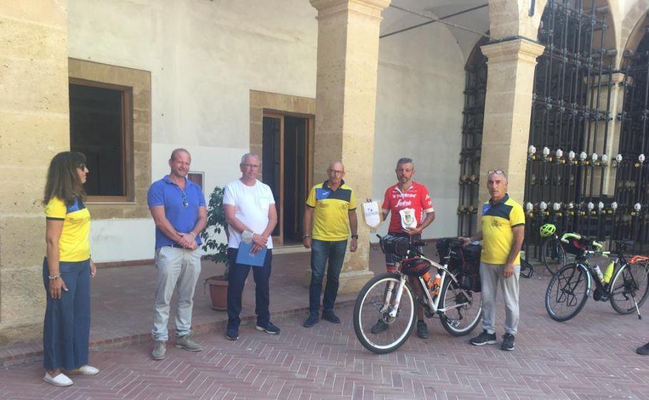Dall'Emilia a Mazara in bici con un percorso da 1700 km. Il mazarese Tommaso Lupiccolo accolto dal vice sindaco Billardello