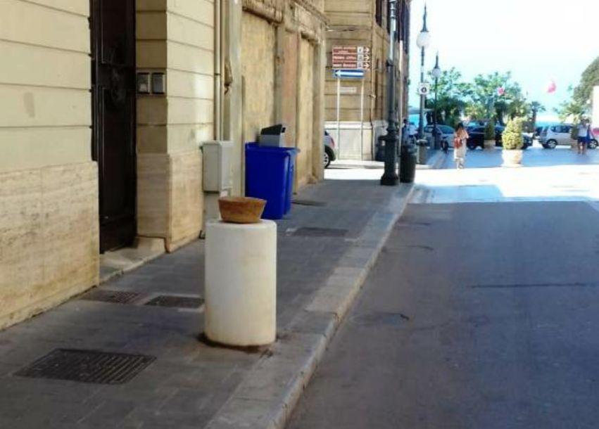 Mazara. Rubato vaso in ceramica in Corso Umberto I