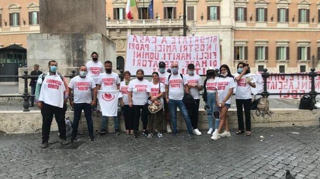 Pescherecchi di Mazara sequestrati in Libia, i familiari in sit-in permanente a Roma