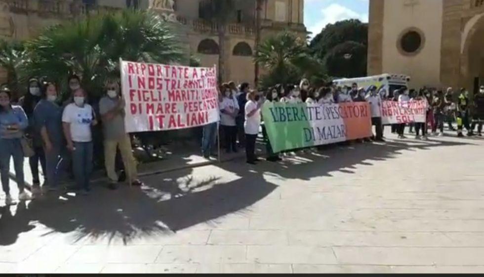 Mazara. Video integrale della manifestazione dei familiari dei 18 pescatori fermati in Libia