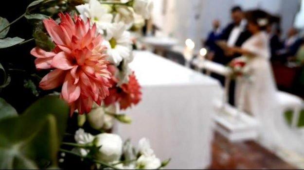 Coronavirus, matrimonio con 160 persone: blitz della polizia. Dovevano esserci massimo 30 persone