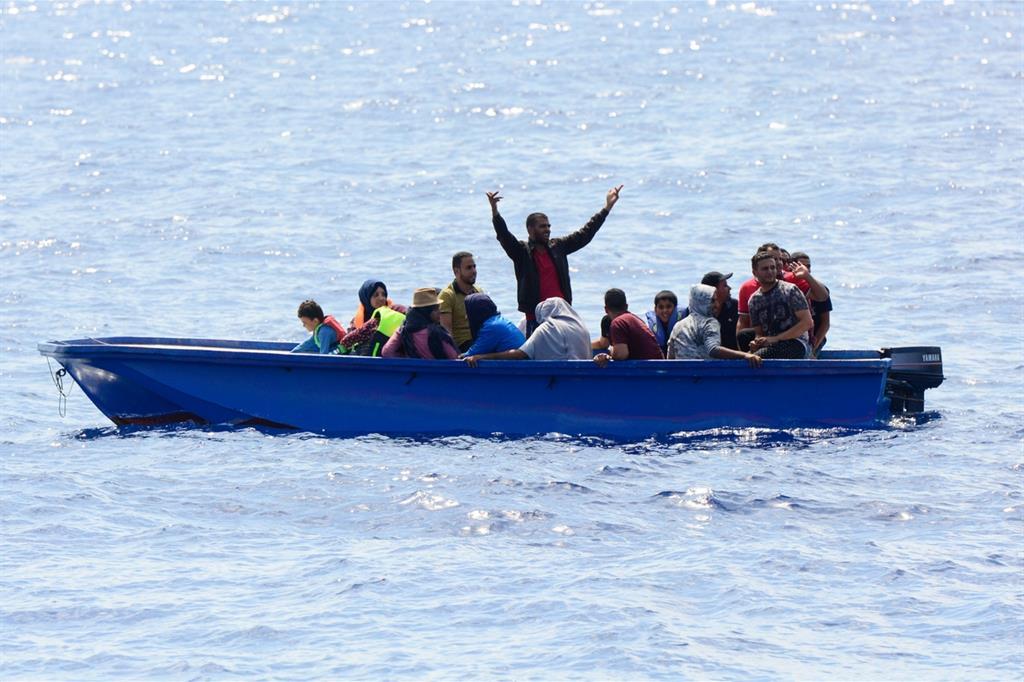 Mazara. La guardia costiera soccorre migranti in una piccola imbarcazione