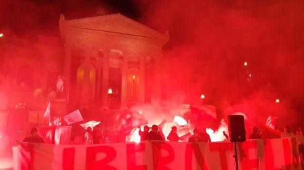 Pescherecci sequestrati, in centinaia in piazza a Palermo:
